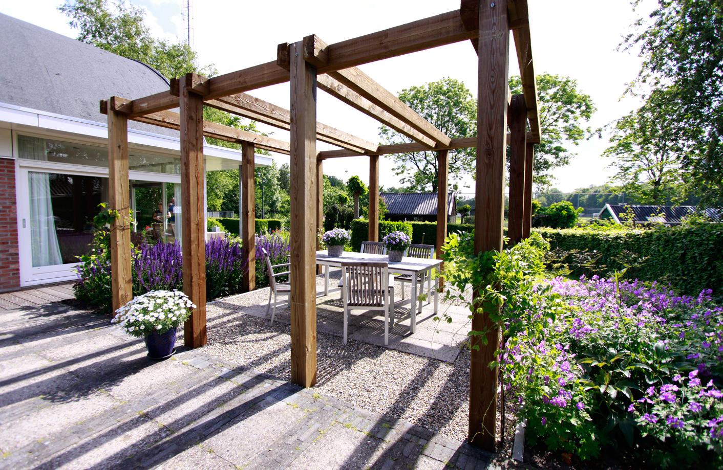 Voorbeelden paden en terrassen tuinfoto 39 s ter inspiratie - Terras met houten pergolas ...